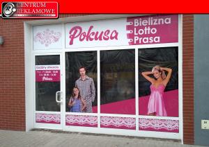 reklama na oknach sklepowych
